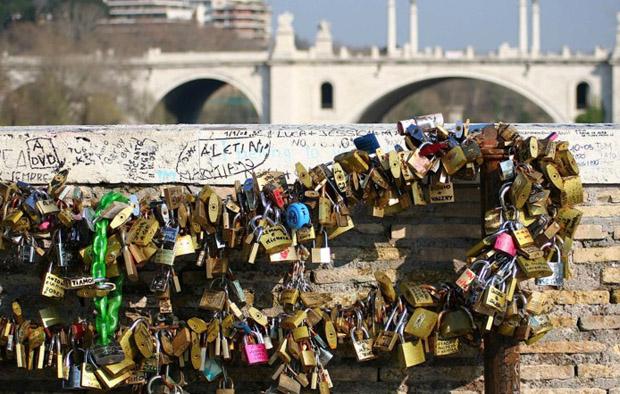 Ponte Milvio: multa da 250 euro per chi mette lucchetti